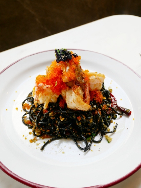 Squid ink pasta with garlic and river pawns (฿460)